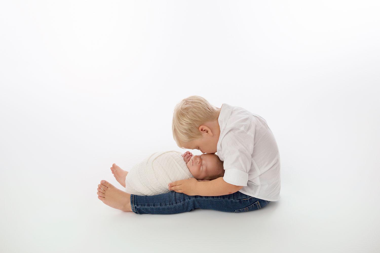 newborn-with-big-brother