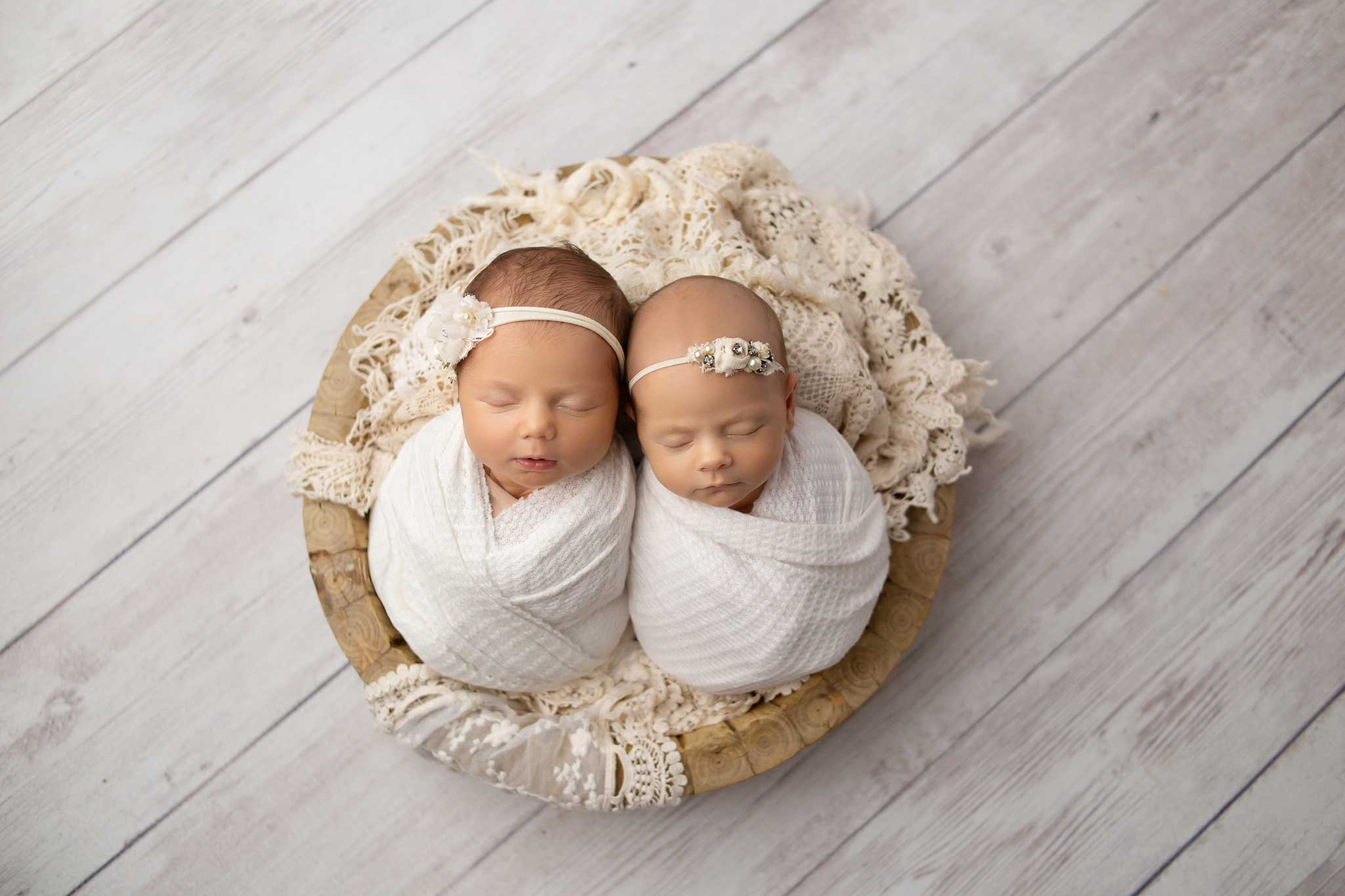 twin-newborn-girls-in-bowl-prop